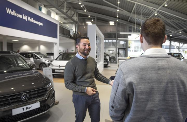 Showroom Volkswagen Verkoper